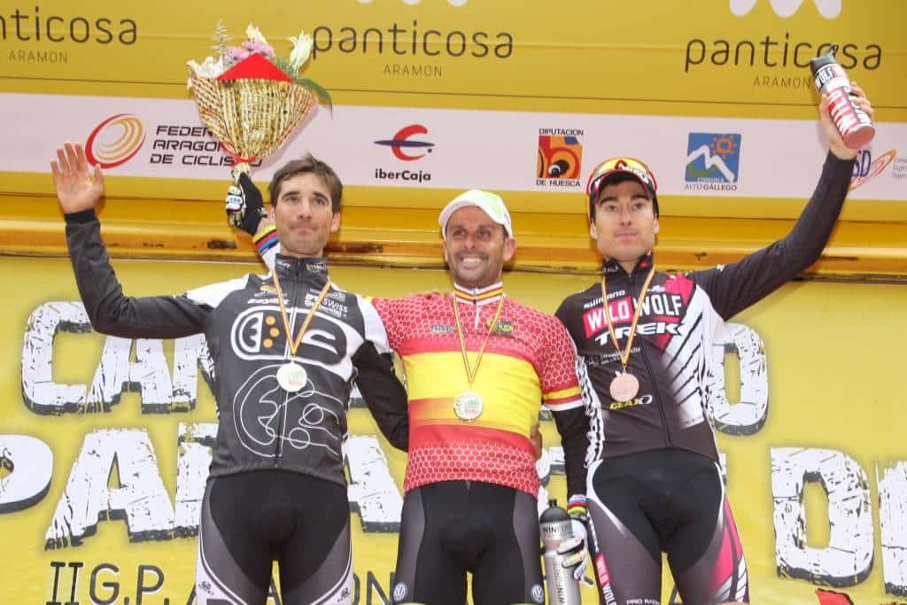 Podio élite de cross countru de la temporada pasada. De izquierda a derecha, Iván Álvarez, José Antonio Hermida y Sergio Mantecón.
