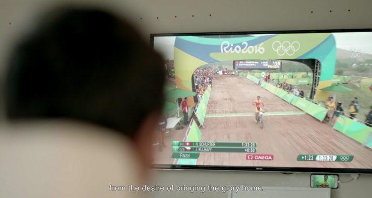 Carlos Coloma conquistando el bronce mientras su hijo sigue la carrera desde el comedor de su casa