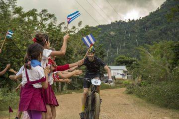 Jaime Alguersuari saluda a unos niños en la categoría fat bikes