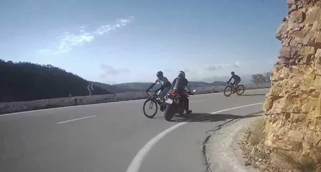 Ciclista invade el carril contrario